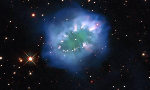 La interacción de dos estrellas condenadas a morir creó este espectacular anillo con brillantes grupos de gas: un collar de diamantes de proporciones cósmicas captado por el Hubble. Se trata de la Nebulosa del Collar que está a 15 mil años luz de la Tierra en la pequeña y tenúe constelación de Sagitta (la Flecha), según reportó la agencia Europa Press. La imagen está compuesta por varias exposiciones de la cámara de campo amplio 3 del telescopio.