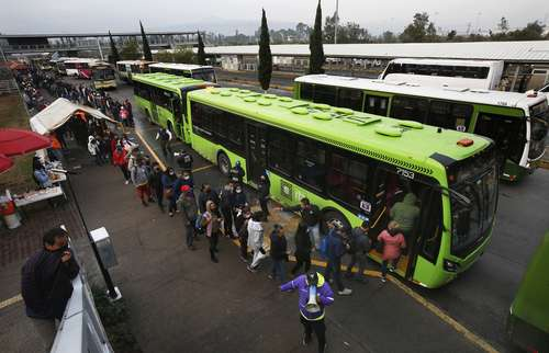 Personas que utilizan la línea 12 del Metro a diario, hacen fila para abordar autobuses de la Red de Transporte de Pasajeros, que proporciona servicio emergente, luego del colapso de una trabe y dos vagones al arribar a la estación Olivos el lunes pasado.