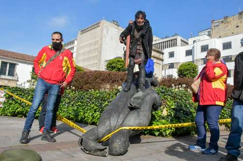 Integrantes del pueblo misak derribaron ayer en Bogotá la estatua del conquistador español Gonzalo Jiménez de Quesada.