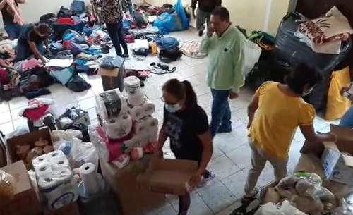 Voluntarios de Mechoacanejo, comunidad de Teocaltiche, Jalisco, organizan la ayuda enviada para las familias desplazadas de otros poblados debido a los enfrentamientos entre grupos delincuenciales en esa región.