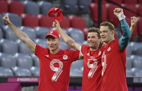 Robert Lewandowski, Thomas Müller y Manuel Neuer celebran la coronación anticipada.