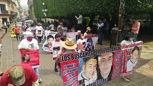 """Ayer en la capital de Guanajuato dio inicio la Caravana Internacional de Búsqueda de Personas Desaparecidas, con la participación de unos 200 ciudadanos que denunciaron que numerosas investigaciones de la fiscalía estatal están detenidas. Los activistas portaban mantas con las fotografías de los ausentes y gritaban consignas como """"¡vivos se los llevaron, vivos los queremos!"""""""