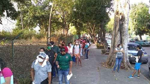 Ayer se inició en Acapulco, Guerrero, la vacunación contra Covid-19 para trabajadores de la educación; en torno a la sede en el Centro Internacional del puerto, cientos de docentes hicieron fila desde las cinco de la madrugada; hubo numerosas quejas por falta de organización.