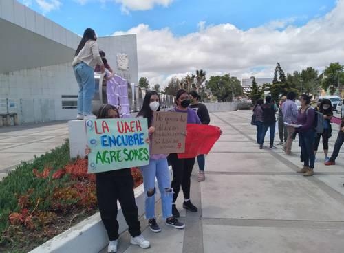 Alumnas de la Universidad Autónoma del Estado de Hidalgo (UAEH) instalaron un tendedero frente al plantel para denunciar el acoso sexual de maestros, alumnos y personal administrativo de la institución pues aseguran que son prote-gidos por las autoridades.
