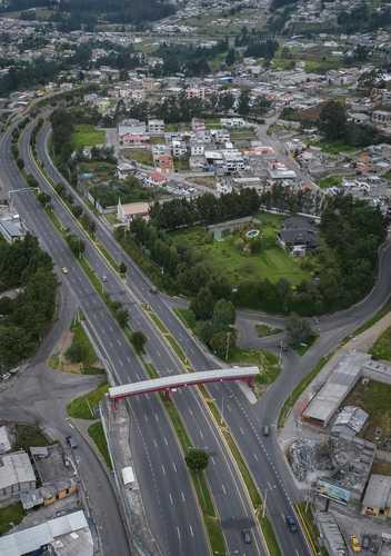 En Quito, Ecuador, las vías lucen semivacías debido al estado de excepción decretado desde el 23 de abril.