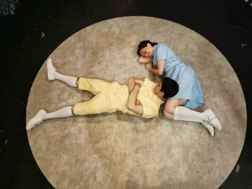 La puesta en escena muestra lo difícil que resulta aceptar y comprender el fallecimiento de un ser querido.
