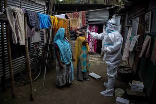 MASIVAS TOMAS DE MUESTRA EN LA INDIA. En un intento por contener la epidemia, trabajadores de salud acuden a los barrios bajos para detectar casos activos. La imagen, en el oriental estado de Assam.