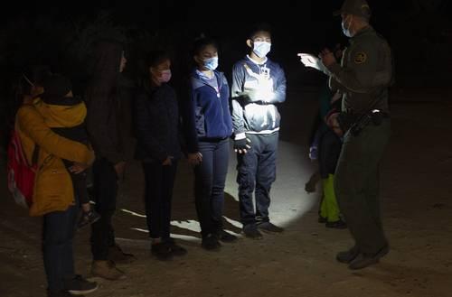 En imagen de archivo, migrantes de Guatemala y Honduras son interrogados por un agente de la Patrulla Fronteriza en Roma, Texas.