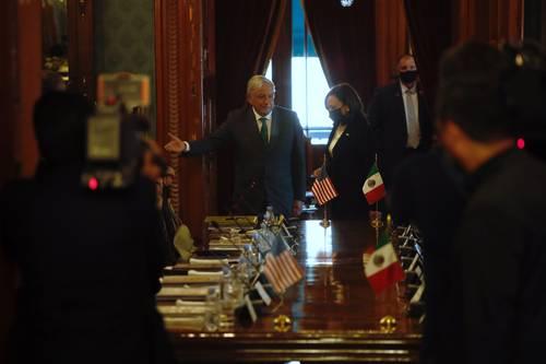 EN PALACIO NACIONAL. El presidente Andrés Manuel López Obrador y la vicepresidenta de Estados Unidos, Kamala Harris, a punto de iniciar una reunión privada en Palacio Nacional para abordar temas como migración, seguridad y empleo.