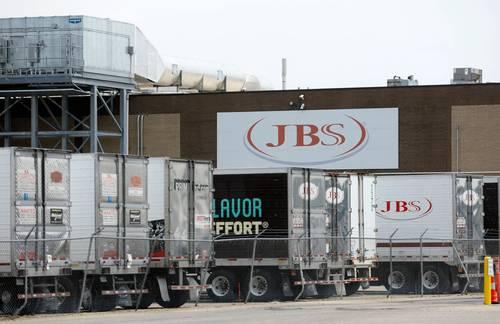 La empacadora de carne JBS USA, filial de la firma brasileña JBS, confirmó ayer que pagó el equivalente a 11 millones de dólares en rescate por un hackeo contra sus operaciones. El mayor productor de carne del mundo canceló turnos en sus plantas de Estados Unidos y Canadá la semana pasada, al ser afectado por un ciberataque que amenazó con interrumpir las cadenas de suministro de alimentos e inflar los precios.
