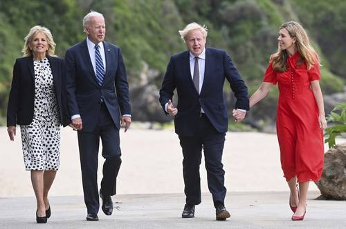 El presidente de Estados Unidos, Joe Biden, y su esposa, Jill (a la izquierda), se encontraron ayer con el premier británico Boris Johnson, y su esposa, Carrie, en el centro vacacional costero de Carbis Bay, donde se llevará a cabo la cumbre del G-7 que agrupa a los países más desarrollados.