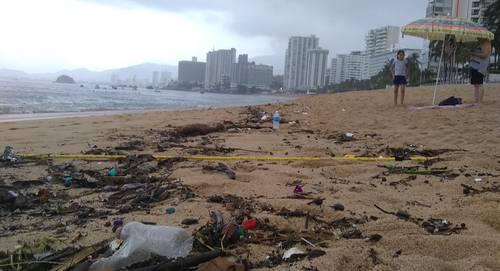 Al menos cinco toneladas de basura que las lluvias arrastraron la madrugada del sábado, recalaron en la bahía de Acapulco, Guerrero.
