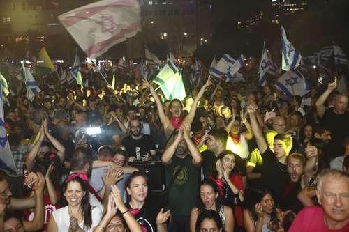 Israelíes celebraron ayer en Tel Aviv la aprobación del Parlamento a una coalición de gobierno que pone fin a 12 años en el poder de Benjamin Netanyahu.