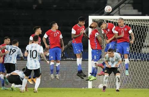 El gol de la albiceleste llegó al minuto 33, cuando Lionel Messi cobró un tiro libre y el balón ingresó por el palo izquierdo del arco de Claudio Bravo.