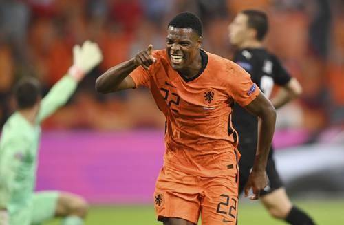 Denzel Dumfries anotó el segundo gol con el que los holandeses vencieron 2-0 a Austria, para conseguir el boleto a la siguiente ronda del torneo europeo.