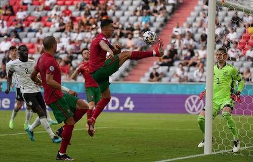 Pese a la derrota lusa, Cristiano Ronaldo sigue sumando récords. Marcó el primer tanto de su equipo para igualar la marca del alemán Miroslav Klose como máximo goleador de Eurocopa y Mundiales combinados, con un total de 19. Además, llegó a 107 dianas con su selección.
