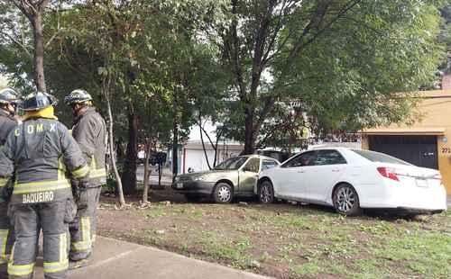 Un joven que manejaba en estado de ebriedad sobre calzada de La Virgen, entre calzada de Tlalpan y Canal de Miramontes, se impactó contra un coche estacionado y derribó dos postes de energía eléctrica. Al menos dos manzanas quedaron sin luz.