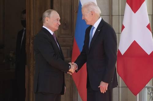 Los presidentes de Estados Unidos, Joe Biden, y de Rusia, Vladimir Putin, a su llegada a su encuentro en la Villa La Grange, en Ginebra, Suiza, el pasado 16 de junio.