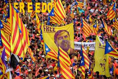 En imagen del 11 de septiembre de 2018, cuando se celebraba el Día de Cataluña, miles de personas exigían la liberación de Oriol Junqueras, ex vicepresidente catalán y uno de los beneficiados con el indulto del gobierno español.