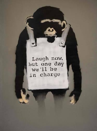 """Laugh Now es uno de los íconos de la obra del artista callejero británico Banksy. Con los hombros hundidos y desamparado, el chimpancé y su mensaje """"Ríase ahora, pero algún día estaremos a cargo"""", en aerosol sobre metal, firmado y fechado en agosto de 2006 en el reverso, será subastado en la última semana de junio por la casa Sotheby's."""