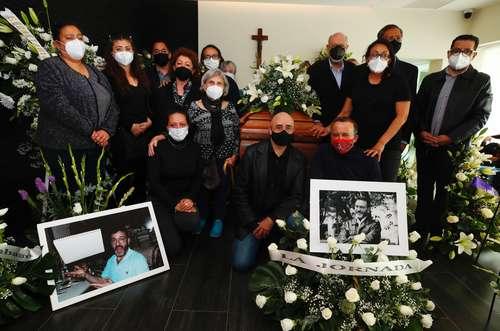Familiares, amigos y compañeros despidieron a Antonio Helguera, caricaturista y fundador de La Jornada.