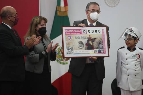 HOMENAJE A EL LIBERTADOR. El canciller Marcelo Ebrard (derecha) y la diectora de la Lotería Nacional, Margarita González Saravia, develaron el billete dedicado a Simón Bolívar.