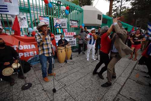 Los festejos por el Día de la Rebeldía Nacional, afuera de la embajada cubana en la CDMX, incluyeron poemas, música y baile.