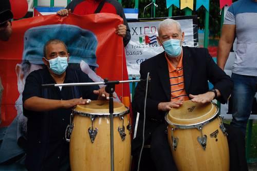 CELEBRAN EL DÍA DE LA REBELDÍA NACIONAL DE CUBA. El embajador de Cuba en México, Pedro Núñez Mosquera (derecha), y la asociación de cubanos residentes en México festejaron el Día de la Rebeldía Nacional, afuera de la embajada del país caribeño en la Ciudad de México, con discursos, poemas y música.