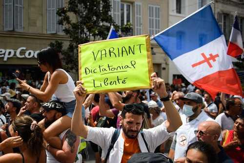 """Una persona sostiene una pancarta que dice: """"Variante dictatorial - Libertad"""", durante una protesta contra la vacunación obligatoria decretada por el parlamento francés, en Marsella el sábado pasado."""