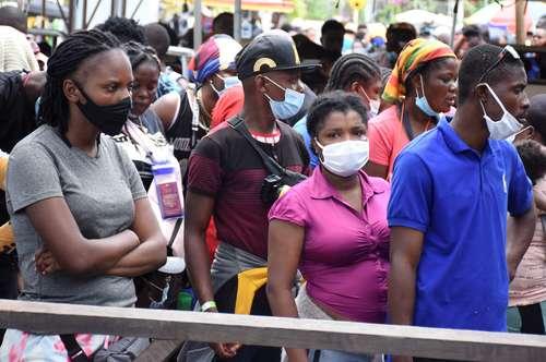 Miles de migrantes procedentes de Cuba, Haití y varios países africanos están varados desde hace meses en Necoclí, ciudad portuaria colombiana, en el departamento de Antioquia, mientras esperan a poder comprar un pasaje, tomar un barco hacia el vecino Panamá y continuar su camino a Estados Unidos, informó ayer una agencia estatal de ayuda.