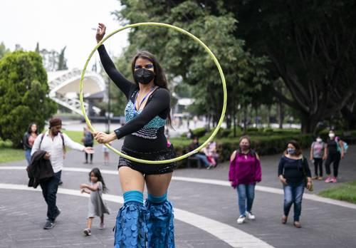 Participante en una comparsa para celebrar el Día Mundial de Caminar en Zancos.
