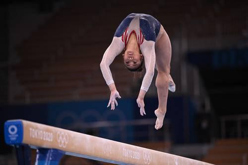 La estadunidense tomó la medalla dorada que dejó vacante su compañera Simone Biles, que la alentó desde las tribunas. Foto Afp