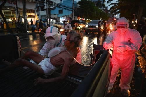 Un anciano es trasladado para recibir atención médica en Bangkok, Tailandia.