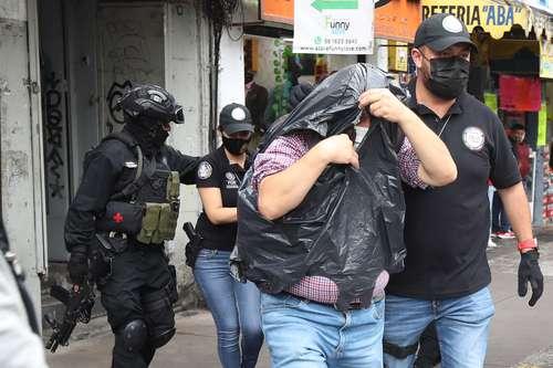 Elementos de la Agencia de Investigación Criminal realizaron un cateo en un domicilio ubicado en Eje Central Lázaro Cárdenas 84-88, donde detuvieron al menos a dos personas sin que se especificaran los motivos.