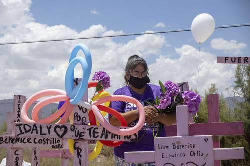 En el Día Mundial contra la Trata de Personas, conmemorado ayer, una mujer lleva flores a la tumba de Idaly Juache, una de las víctimas de feminicidio en Ciudad Juárez, mientras la organización Red Mesa de Mujeres realizó la caravana denominada Ni Una Más hacia el arroyo El Navajo, donde han sido localizados restos de jóvenes desaparecidas.