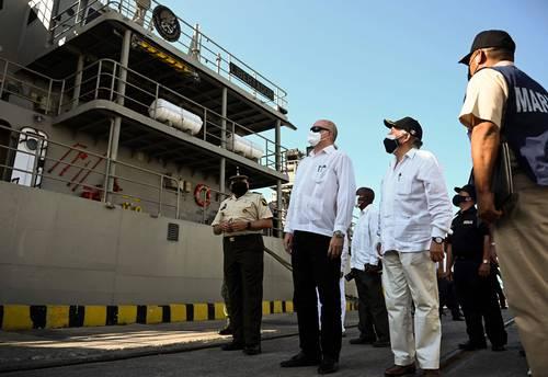 El ministro de Comercio Exterior cubano, Rodrigo Malmierca (centro), junto al embajador de México en Cuba, Miguel Díaz (a su izquierda), en el acto de bienvenida ayer al buque mexicano Libertador, en el puerto de La Habana. Foto Afp y Ap