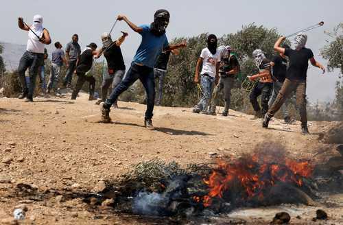 Palestinos lanzaron piedras a soldados israelíes en Beita, donde ocurrieron los enfrentamientos más importantes de ayer.