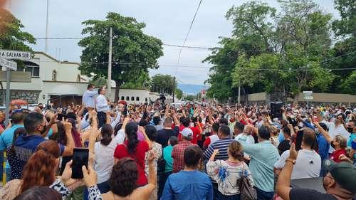 Martín Flores Castañeda, líder del Sindicato de Trabajadores al Servicio del Gobierno del Estado (con micrófono), anunció que sostendrán un plantón permanente frente a la casa de Gobierno para exigir el pago de la nómina.