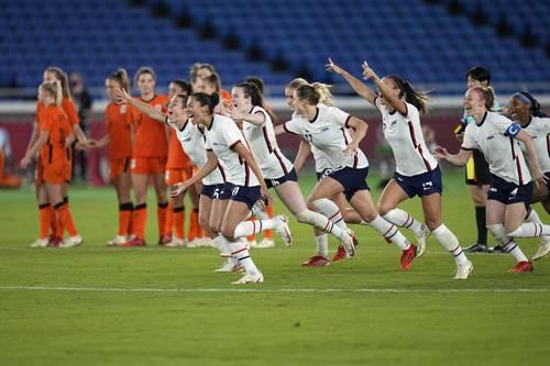 Las jugadoras de Estados Unidos celebran el pase a semifinales tras eliminar a Holanda en penales.