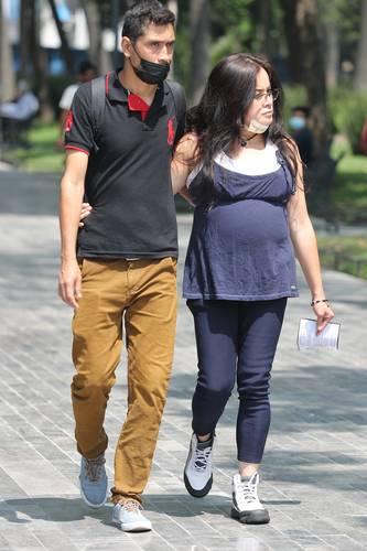 Los servicios de reproducción asistida pueden costar de 50 mil a 300 mil pesos en cada intento. En la imagen una pareja pasea en la Ciudad de México.