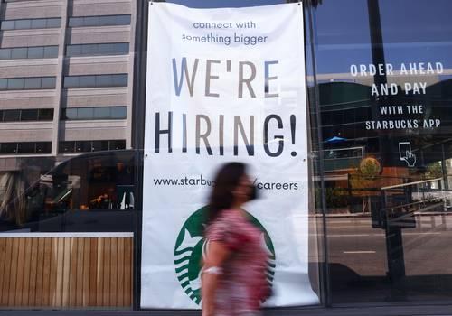 Letrero que ofrece empleo en un Starbucks de Los Ángeles, California.