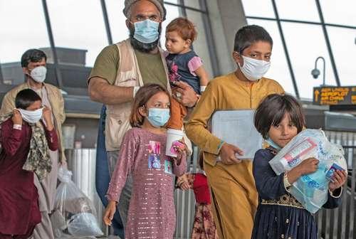 Una familia recién evacuada de Afganistán recorre los pasillos del Aeropuerto Internacional de Dulles, en Chantilly, Virginia, ayer.