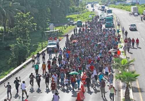 Los fondos actuales sólo otorgan 690 pesos para asistir a cada solicitante. En la imagen, cientos de migrantes salen de Tapachula, Chiapas, el 4 de septiembre.
