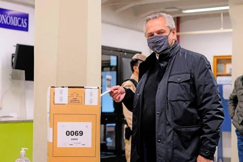 El presidente Alberto Fernández deposita su voto en Buenos Aires.