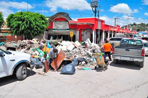 Muebles, ropa y enseres inservibles se acumulan en diversos puntos de Tula luego de las inundaciones de aguas negras que afectaron los locales del tianguis municipal, así como otros establecimientos y viviendas.