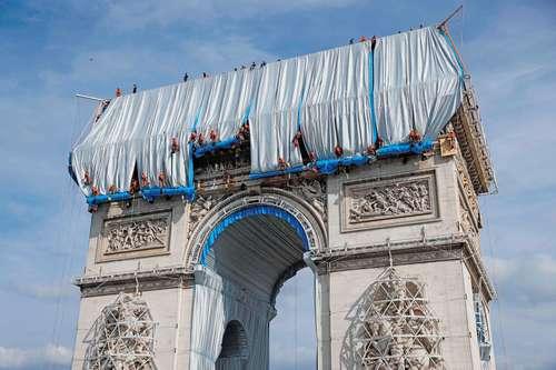 """A fin de cumplir el sueño póstumo del artista búlgaro Christo, quien quería transformar el Arco del Triunfo en un """"gigantesco paquete de regalo"""", un equipo de 95 expertos en cuerdas desplegó ayer varios centenares de metros cuadrados de tejido de polipropileno en este monumento parisino de 50 metros de altura. El embalaje, que requiere 25 mil metros cuadrados de tela, se inaugurará el 18 de septiembre con la presencia del sobrino del fallecido diseñador."""