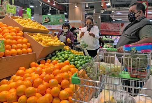 Compras en un supermercado de la Ciudad de México. La Asociación Nacional de Tiendas de Autoservicio y Departamentales (Antad) reportó en agosto un crecimiento de 4.5 por ciento en sus ventas, es decir, hubo una recupera-ción respecto de agosto del año pasado, cuando cayeron 3.2 por ciento debido al confinamiento por la pandemia.