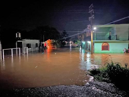 Calles de la colonia La Ventosa, en el municipio de Juchitán, Oaxaca, quedaron inundadas por las lluvias que dejó la onda tropical número 29, que también causó afectaciones en otras 16 localidades del Istmo de Tehuantepec.
