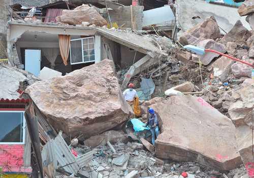 Un elemento de Protección Civil del estado de México y un ingeniero inspeccionan la zona afectada por el derrumbe en el Cerro del Chiquihuite, en el municipio de Tlalnepantla, a fin de estabilizar los escombros y seguir con la búsqueda de personas.