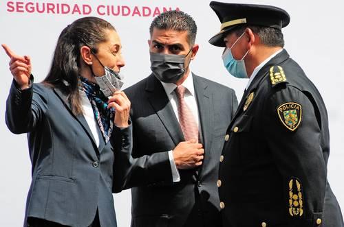 Claudia Sheinbaum y Omar García Harfuch (centro) encabezaron la entrega de nuevas patrullas para el reforzamiento de la seguridad en el sector Plateros, en la alcaldía Álvaro Obregón.